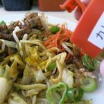 肉汁麺ススム - 卓上のカレー粉で味変も良し