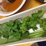 ベトナム酒場 ビアホイ - 草の入れ物をもうちょっと、、