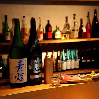 豊富な種類のお酒とこだわりの料理を、ゆったりと楽しめる空間。