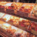 こころにあまいあんぱんや - あんぱん専門店だと思ったら、あんぱん以外のパンもあるよ。 甘いものだけだと飽きちゃうので、おかず系パンがあるのは嬉しいね。