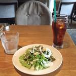 cafe&dining nurikabe - ランチにつくサラダとアイスティ