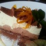 アニバーサリー - アニバーサリーというオレンジムースのケーキ       ケーキの上にはオレンジピールとミントの葉