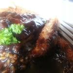 アニバーサリー - カレーのルーはスパイスの効いたデミグラスソースの様な味わい       ポークカツは 薄くスライスし塩胡椒した豚肉をフライパンかオーブンで揚げ焼きしたカツレツの様