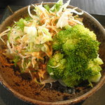 7068957 - てんこ盛りの野菜サラダ