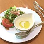トラットリア フィオリトゥーラ - ランチのスープとサラダの盛り合わせ