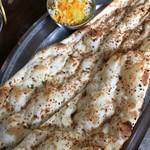 インドレストラン ガンジーパレス - ガーリックナン……\400