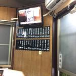 とんかつ美よし - ハエ取り紙と下げられたメニューを見ると、昭和に戻った錯覚を覚えます。 と言うか、私の学生時代ですらもこの価格なら安い部類に入ったと思います。