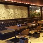 ハニトーカフェ  - コンセント付きのソファ