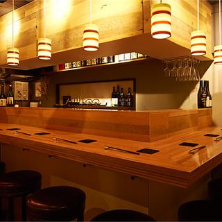 <8席>の【カウンター席】は、日本酒バルとしても過ごせる◎