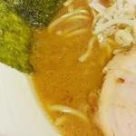 金也 - 豚骨は弱めですがバランスのいいスープ。