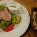 70697377 - 小さなスープと具沢山サラダ、自家製パン