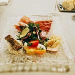 アレグロ コン ブリオ - カラフルな前菜。燻製カジキ、サバ、水牛モッツァレラと2種類のミニトマトのカプレーゼ、余り熟成させていないしっとり生ハム、夏野菜のサラダはズッキーニ、からし菜、オクラ他。自家製の無塩パンはむっちり。