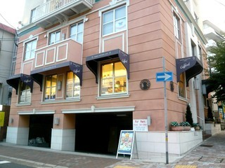 カファレル 神戸北野本店 - ピンク色の外観です