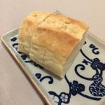 アレグロ コン ブリオ - 自家製のパンはオリーブオイルにつけていただきます。