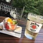 グローブカフェ - ジムビームとピクルス