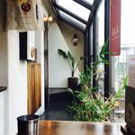 ムーナ - 窓際のテーブルにて。窓が大きくてとても明るい雰囲気。