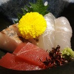 よ兵 - 料理写真:刺身:シマアジの炙り、ひらめ、鮪。