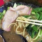 70713902 - 麺はもっちり、結構濃い色のスープで、お味も濃厚です。