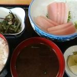 呑み喰い処 奥飛騨 - マグロ刺身定食(680円)