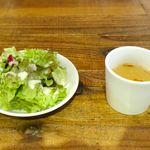 クイーン オブ チキンズ - まずは、サラダとスープが目の前に着皿!