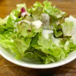 クイーン オブ チキンズ - サラダはレタスにドレッシングが掛かったシンプルな一品で