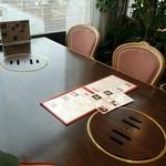 眞一館 - 広くゆったりしたテーブル席