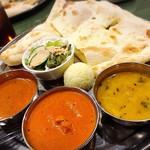 マサラキッチン - 左から小海老のカレー、チキンバターマサラ、ダルタルカ(スパイスの効いた豆カレー)