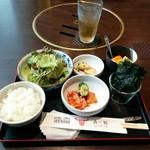 眞一館 - チョレギサラダ、煮玉子、韓国海苔、フルーツ、キムチ盛り合わせ、ご飯のセット