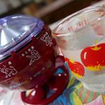 びいどろ - 岩手県滝沢市で作られている卓上おみくじ器とお冷のコップ…どっちも昭和です♪