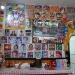 びいどろ - 店内…屋台で売られているお面や80年代のアイドルのレコードジャケットがずらり