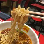 郭 政良 味仙 - 中太麺。 最初は楽勝と、名古屋より辛くないな… (数秒後) 持っていた厚手のタオルがしっとり汗を吸い取っております。  「辛い‼︎(旨い)」  レンゲでスープを掬う訳ですよ…