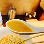 海老吟醸 じぱんぐ - スープは豚骨ベースで、クリーミーでマイルドな優しいスープ。 そこに海老の香味油が加わる。 海老のエキスを抽出した海老の油の強烈な香りとコク。