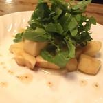 馬車にのったモッツァレッラ - ももとルッコラのサラダ