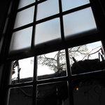 エル・グレコ - 窓際の禁煙席。はめごろしの窓越しに見える風景がなかなか詩的。