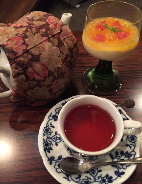 トゥルネラパージュ - 紅茶(ウバ)700円、サフランのプリン650円。