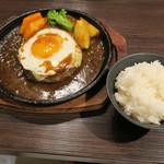札幌牛亭 - ハンバーグ180g(S) ミディアムレア チーズ 半熟目玉焼きトッピング&ライス200g(中盛り)
