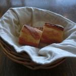 70753058 - スパイシーチキンカレーについてくるパン