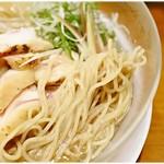 らーめん 稲荷屋 - ツルツルーっと軽くすすれちゃう麺。