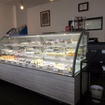 洋菓子工房 queue - お店に入って見るとまだ新しい感じの出来てそう時間の経って無い様な雰囲気のお店でした。