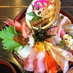 新鮮処 魚里 - びっくり海鮮丼 イカ醤油漬け、甘エビ、いくら、タコ、イカ、ハマチ、サーモン、鯛、アジ、太刀魚、サワラ、カンパチ、マグロ