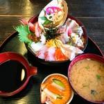 新鮮処 魚里 - びっくり海鮮丼 アラたっぷりのアラ汁