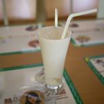 熱川バナナワニ園分園フルーツパーラー - 委員長のほてりも冷ますバナナ氷入りバナナジュース~☆