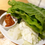 焼肉ホルモンブンゴ - チシャ菜野菜食べ放題