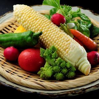 地元で獲れた有機野菜を、彩り豊かな一皿に変えてお客様へ