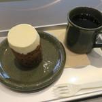 ローズベーカリー オン・ザ・ラン - キャロットケーキセット コーヒーで2