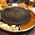 韓国創作焼肉 雪姫亭 - 鉄板に卵液を入れます