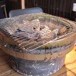 鶏小家 ながくら - 注文するとテーブルに懐かしい炭の入った七輪が乗せられます