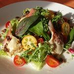 オステリア イル ペッシェ - 料理写真:北寄貝のグリル サラダ仕立て。肉厚の北寄貝をサッとグリル、噛んだ瞬間貝の旨味が口の中に広がり、グリルした香ばしさが後を追いかけて来ます。シェフも大好きな一皿☆