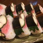 Grill & Kitchen かぼちゃの馬車 - 個性的❣️鯖の棒寿司だが、朴葉とガリを使用しているのだ(╹◡╹)