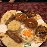 マルハバ - マルハバ スペシャルセット。左の肉の塊がシシカバブ。右の肉の塊がタンドリーチキン。真ん中が左からの時計回りでライス、野菜カリー、マトンカリー、サラダ('17/07/30)